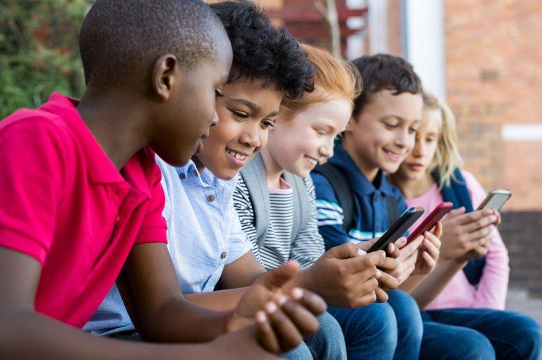 Niños usando móvil